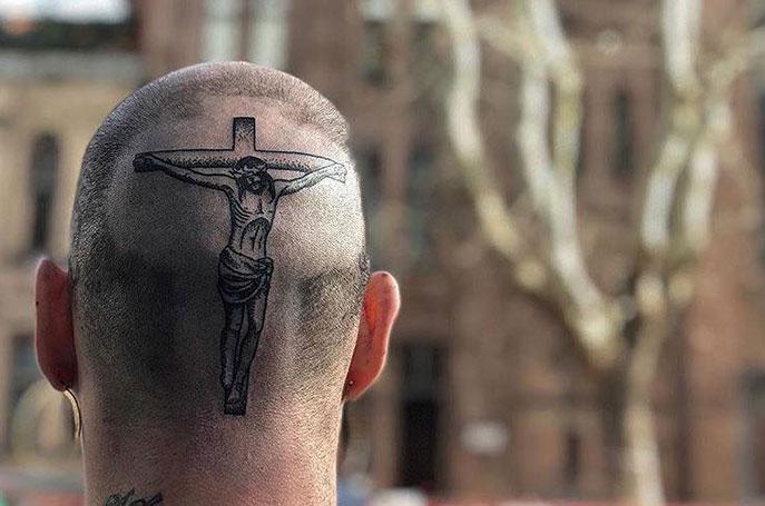 Il nuovo tatuaggio di Gemitaiz è un bel Gesù in testa