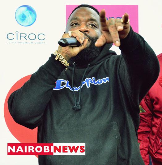 Il rapper americano Rick Ross si rivolge ai media di JKIA all'arrivo a Nairobi. FOTO | FRANCIS NDERITU